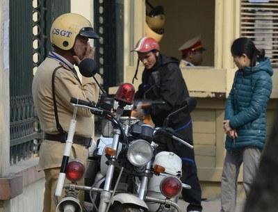 Ảnh minh họa: Một cảnh sát giao thông đang phạt một vụ vi phạm tại một ngã tư ở Hà Nội.