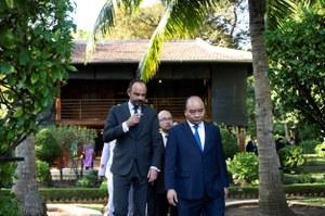 Ông Nguyễn Xuân Phúc đưa người tương nhiệm Pháp đến thăm Nhà sàn Bác Hồ vào năm 2018