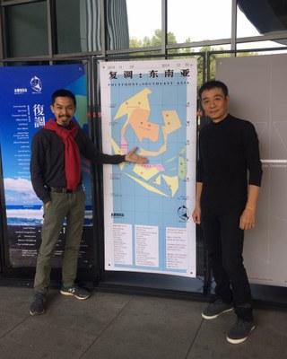 Nghệ sĩ Trần Lương (phải) tại triển lãm nghệ thuật ở Nam Kinh, Trung Quốc